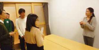 写真:児童養護施設訪問で説明を聞く学生たち