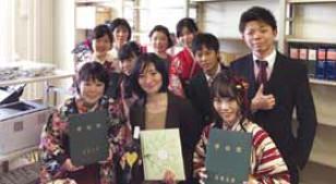 写真:卒業式の日にゼミ生たちと