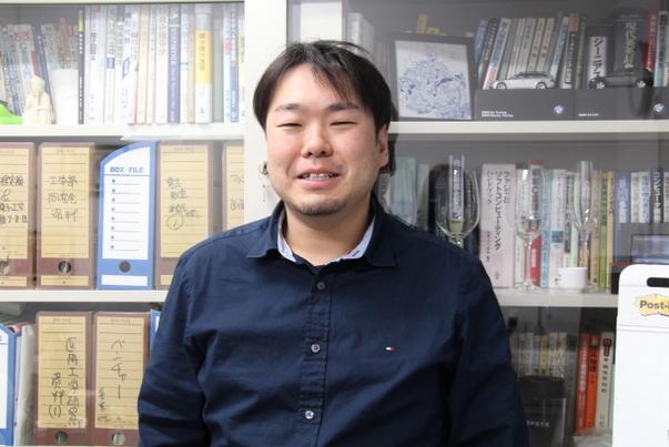 写真:川中先生、研究室にて