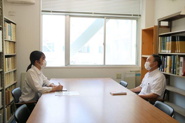 藤田教授(右)とインタビュアーの学生(左)