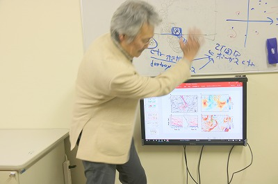 高気圧の発生と偏西風について説明してくださる立花先生