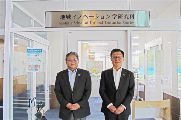 小林研究科長(左)と伊藤学長(右)