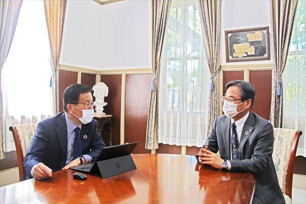 対談する伊藤学長(左)と奥村研究科長(右)