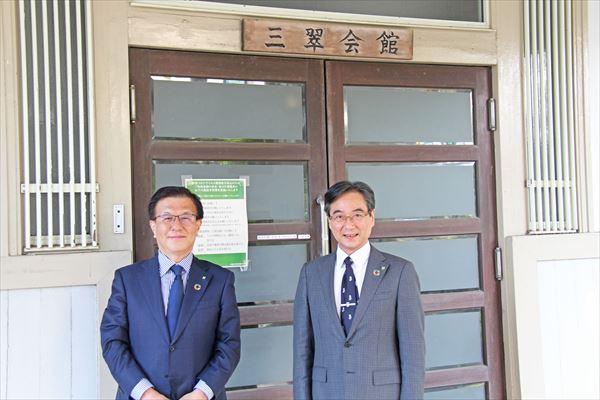 三翠会館の前で写真撮影 伊藤学長(左)と奥村研究科長(右)