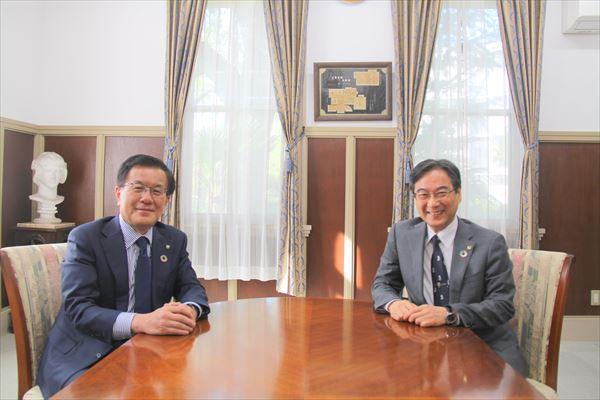 伊藤学長(左)と奥村研究科長(右)