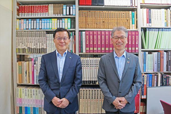 伊藤学長(左)と藤田人文学部長(右)