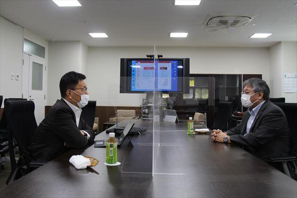 伊藤学長(左)と小林研究科長(右)